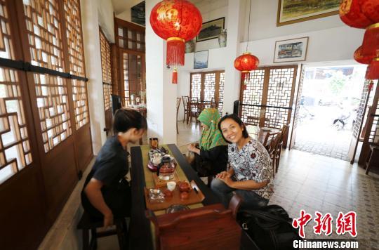 图为两名印尼女孩正惬意品饮中国茶。 林永传 摄
