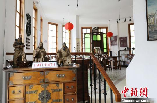 图为茶舍内刘备、关羽、张飞3尊栩栩如生的陶塑像。 林永传 摄