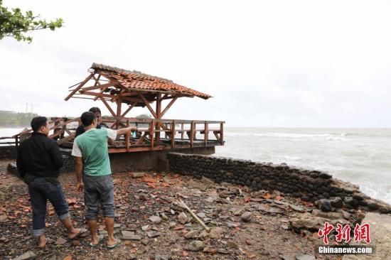 当地时间22日晚,印尼巽他海峡发生海啸,造成万丹省海边居民和游客重大人员伤亡,数百栋房屋被毁。图为海啸过后现场。<a target='_blank' href='http://www.chinanews.com/'>中新社</a>记者 林永传 摄