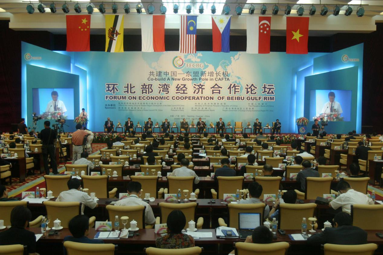 """2006年7月20日,在首届""""环北部湾经济合作论坛""""上,广西提出了一个响亮的概念:泛北部湾经济合作。根据地缘经济概念,把临近北部湾的中国、越南、马来西亚、新加坡、文莱、印尼、菲律宾等东盟国家连结起来,通过加强合作,形成中国—东盟合作框架下一个新的区域合作机制。"""