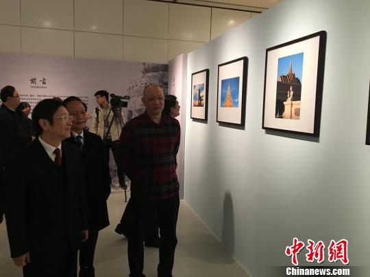 """说明: 出席""""高棉的微笑—中国艺术家摄影绘画展""""开展仪式的嘉宾参观展览 摄影:杨陈"""