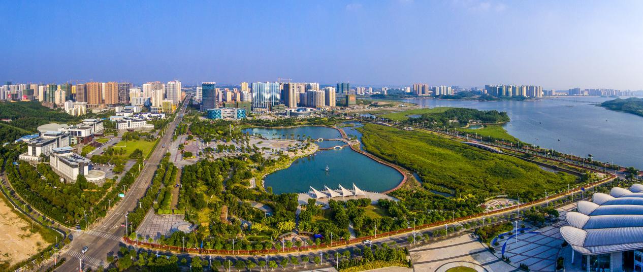 说明: (压题图)防城港市大力推进城市建设,绿色、美丽城市一瞥。叶东生摄
