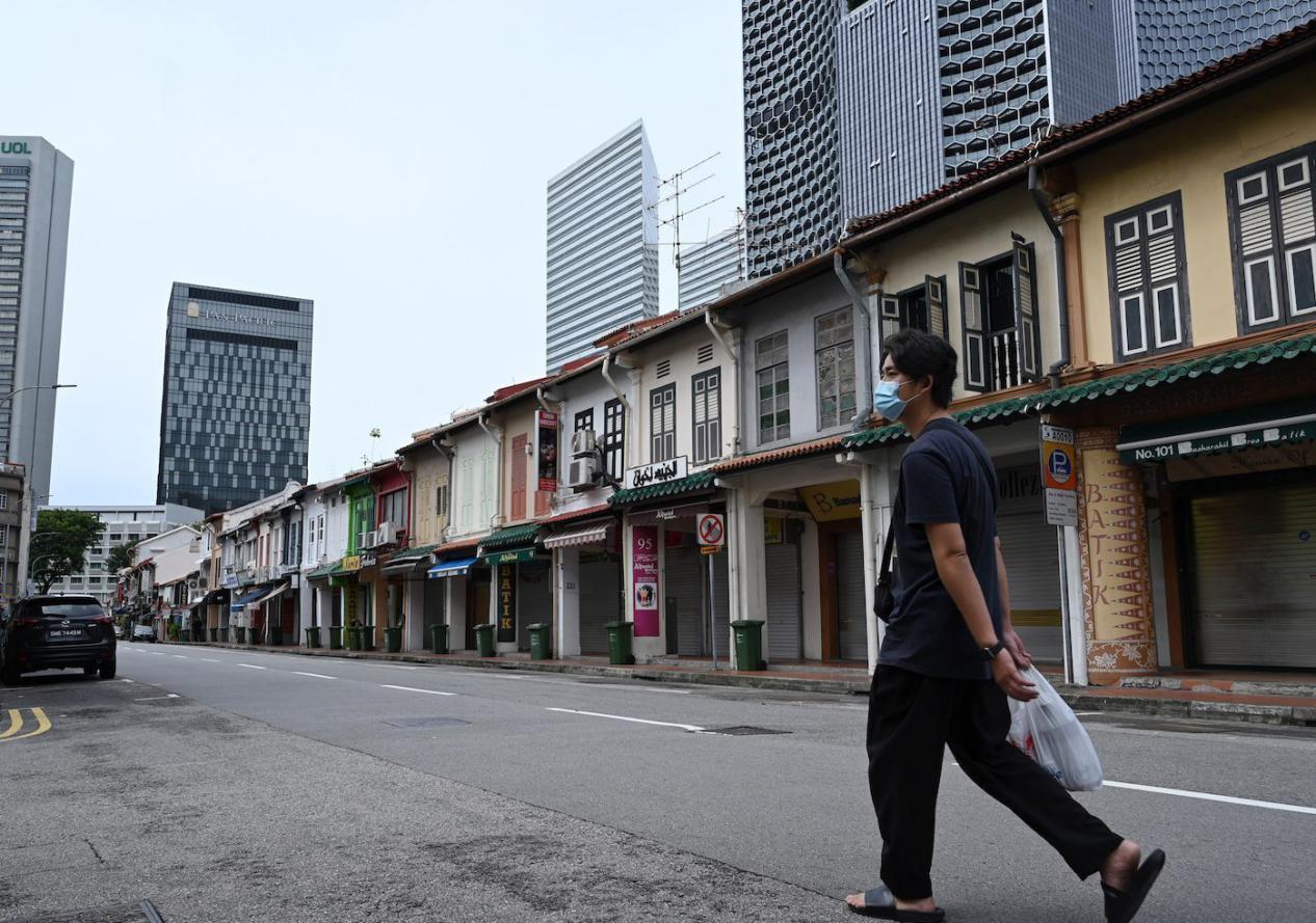 """说明: 疫情期间,新加坡实行""""断路器""""措施,街道上行人寥寥无几"""