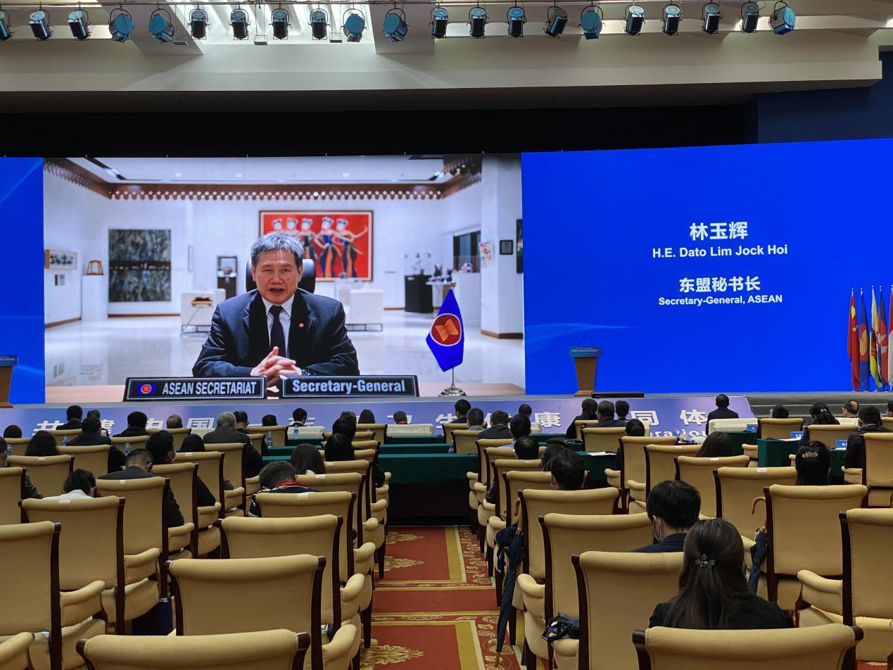 说明: 东盟秘书长林玉辉在第三届卫生合作论坛上通过视频演讲(摄影 黎敏)