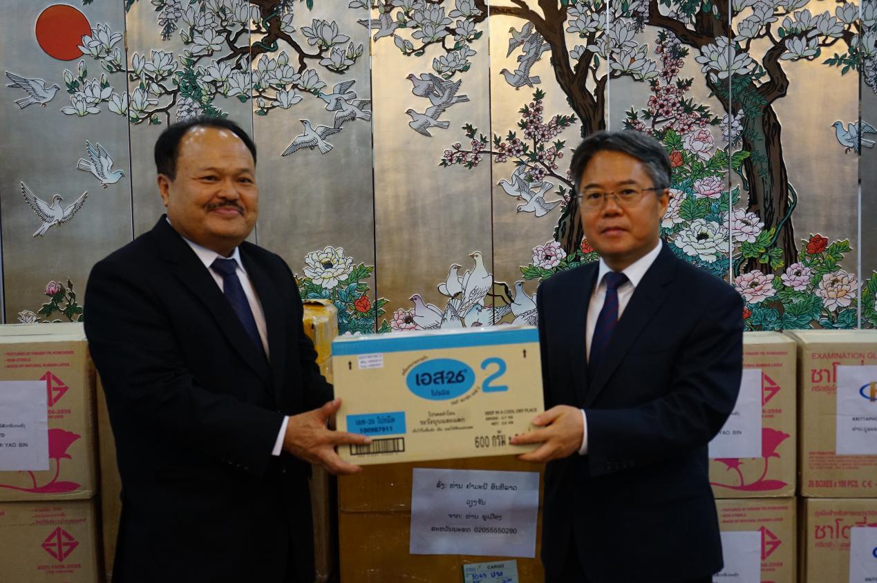 说明: 中老秉持命运共同体精神携手抗疫,右为中国驻老挝大使姜再冬