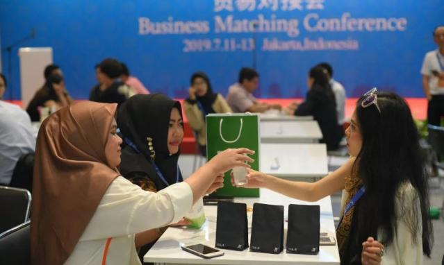 说明: 第17届东博会的印尼贸易对接会上相关参展企业在向客户推介印尼咖啡
