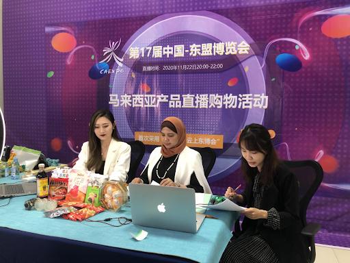 说明: 为推销马来西亚白咖啡,第17届中国—东盟博览会上来自中国与马来西亚的主播共同进行直播带货
