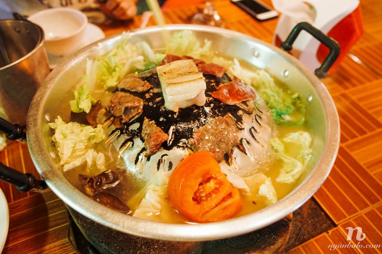说明: 老挝火锅一锅两吃,既可以涮又可以烤 摄影ngan ha