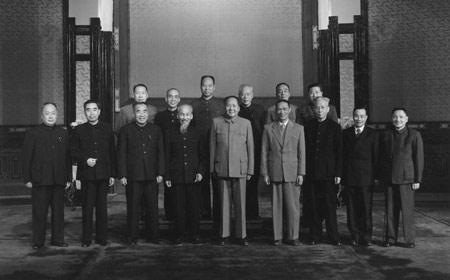 胡志明访华,与毛泽东、周恩来等一众中国领导人在人民大会堂的合照