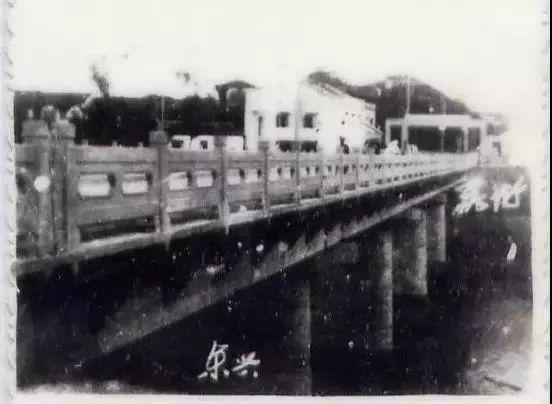 1957年11月17日,中越两国在北仑河上动工兴建了中越友谊大桥
