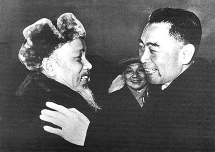 周恩来(右)与胡志明(左)亲切会面