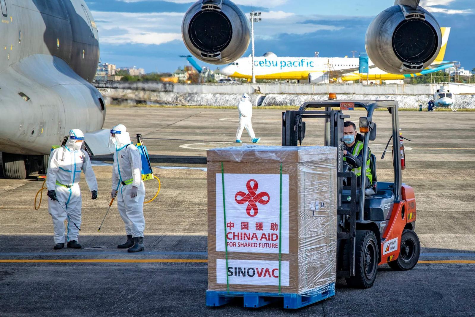 中国向80多个国家和4个国际组织提供急需的疫苗。图为2021年2月28日运抵菲律马尼拉的中国科兴疫苗(摄影:Ezra Acayan)