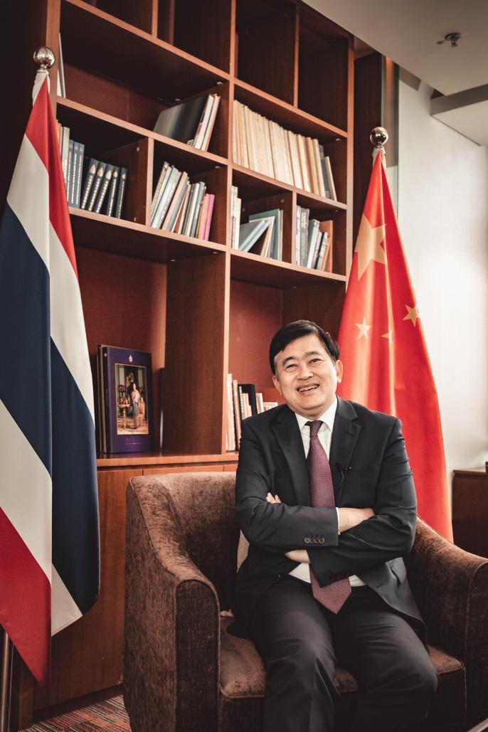 说明: 泰国驻华大使阿塔育·习萨目在采访中展露笑容(摄影:陈宇)