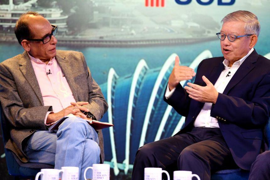 新加坡工商联合总会前执行总裁何鸣杰(右)认为,各企业可以先检查现有的供应链,并预先寻找新市场,以在RCEP生效时快人一步