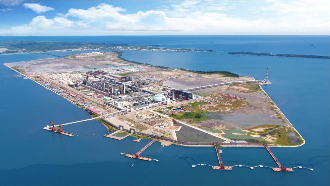恒逸石化文莱大摩拉岛综合炼化项目生产现场。这是中国在文莱投资的最大项目 - 副本