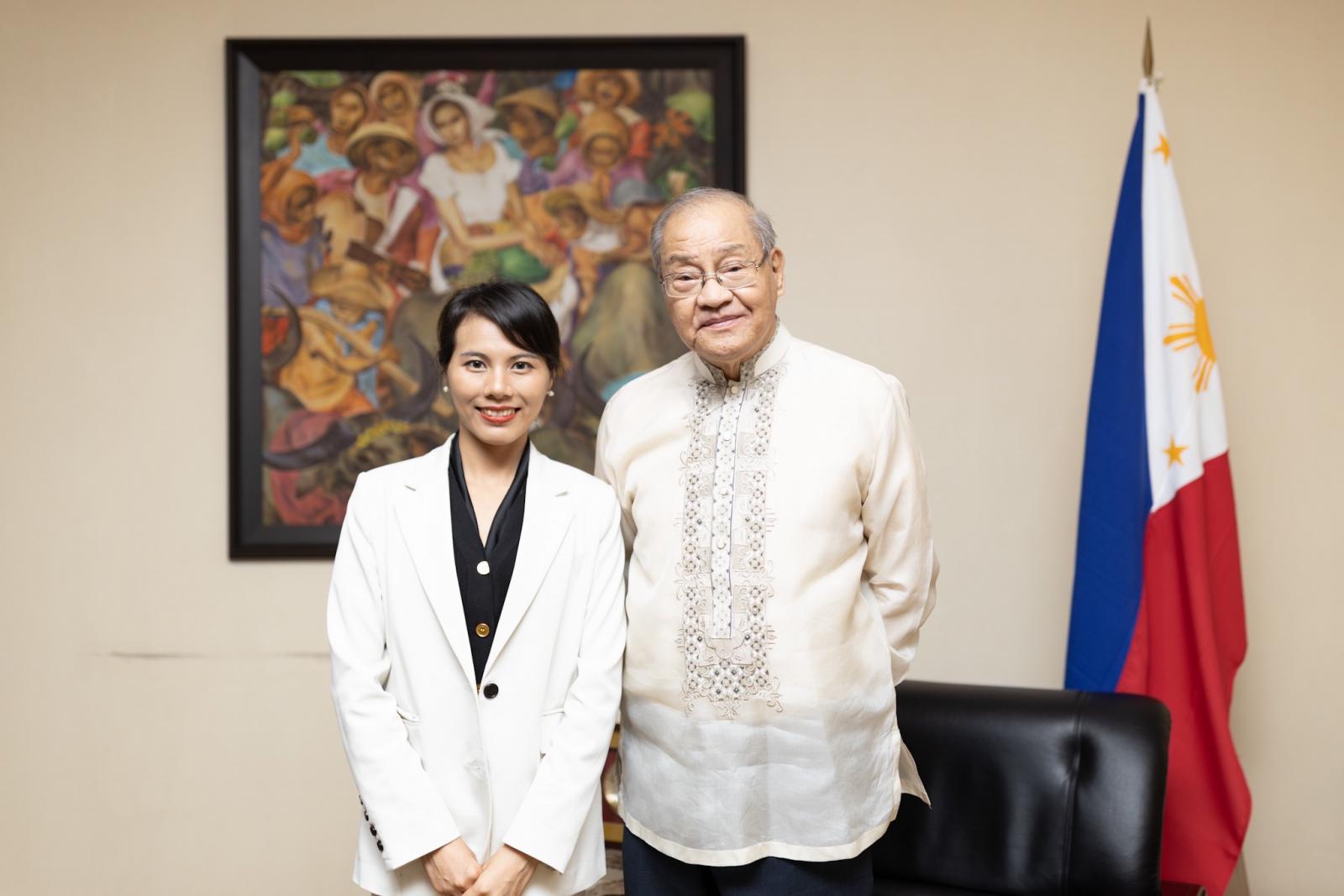 菲律宾共和国驻华大使何塞·圣地亚哥·罗马纳阁下与东博社主编黎敏合影(摄影 陈宇)
