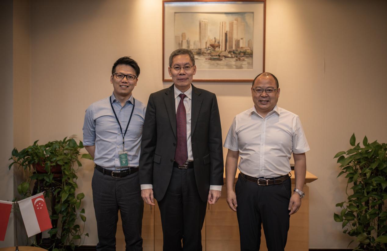新加坡共和国驻华大使吕德耀(中)同东博社总编高航(右)、东博社记者陈宇(左)合影留念