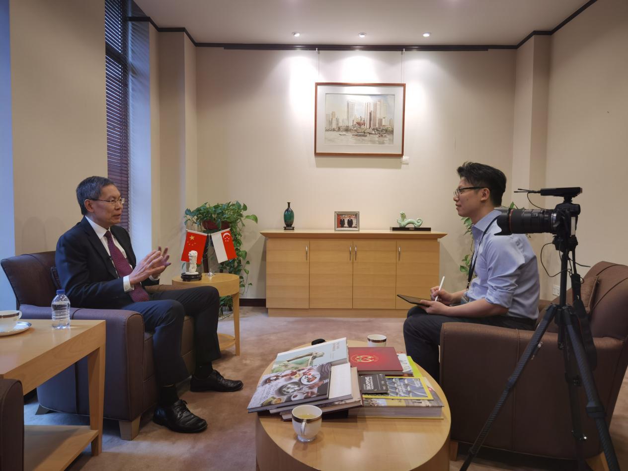 新加坡共和国驻华大使吕德耀在京接受东博社记者采访(摄影:高航)